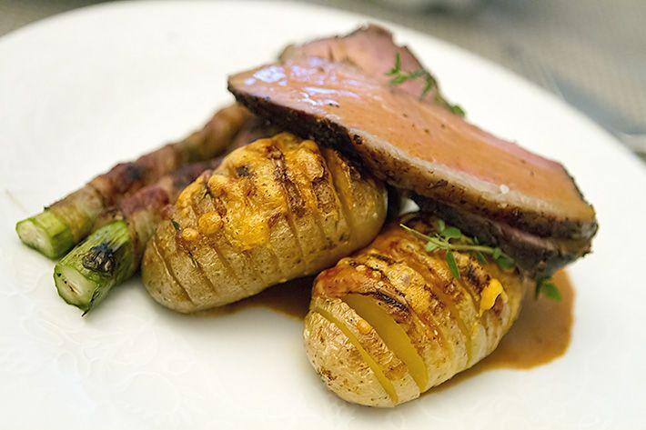 Grilltilbehør: Verdens beste bakte poteter og baconsurrede asparges