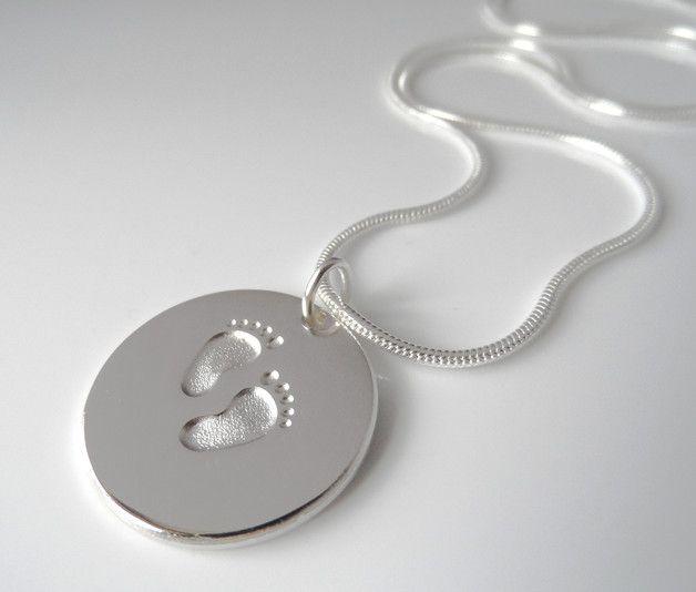 Wunderschöne Damen Halskette aus 925er Silber in Juwelierqualität.  Auf der 20mm großen Silberplatte sind zwei niedliche Babyfüßchen eingestanzt. Darunter wird der Name des Kindes graviert. Die Vorderseite mit Babyfüßchen ist glänzend poliert, die mattierte Rückseite kann ebenfalls persönlich graviert werden.