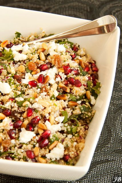 Ingrediënten:  - 300 g quinoa  - 1 rode ui, fijn gesnipperd  - 85 g rozijnen of sultana's  - 100 g feta, verkruimeld  - 200 g granaatap...
