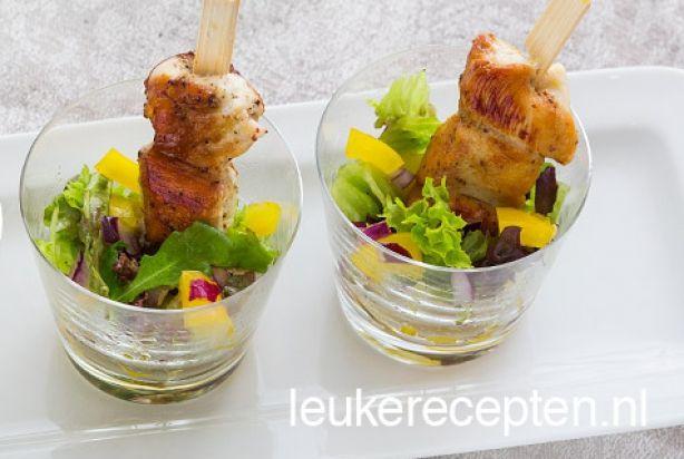 Wil je je gasten tijdens Kerst verwennen met een heerlijk hapje voor bij de Kerstborrel? Deze honing mosterd kipspiesjes met een snelle salade moet je dan zeker eens proberen. Naast dat het een heel lekker hapje is, ziet het er ook nog eens super leuk uit. Serveer de spiesjes met een lepeltje of vorkje, zodat je ze lekker samen met de salade kunt eten. Geniet ervan!