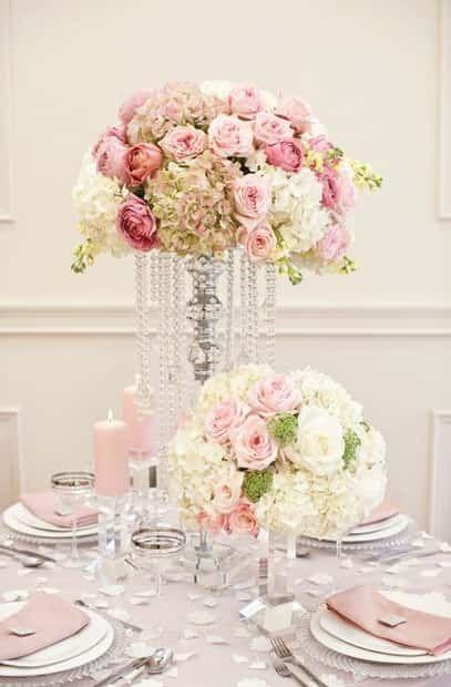 Al momento de elegir la decoración de tu boda puede ser que entre estilo, colores, materiales y temas no tengas idea de qué o cómo elegir, por eso en relación a los centros de mesa toma nota para que puedas quitarte un pendiente de la lista.