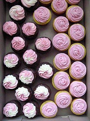 Cupcakes de Chocolate/Baunilha com Creme/glacê de Morango: -a decoração de rosas, pode ser feita confome tua ideia...criatividades...