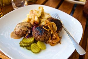 Hemlagade köttbullar med potatismos, gräddsås och stekt lök - Landleys Kök