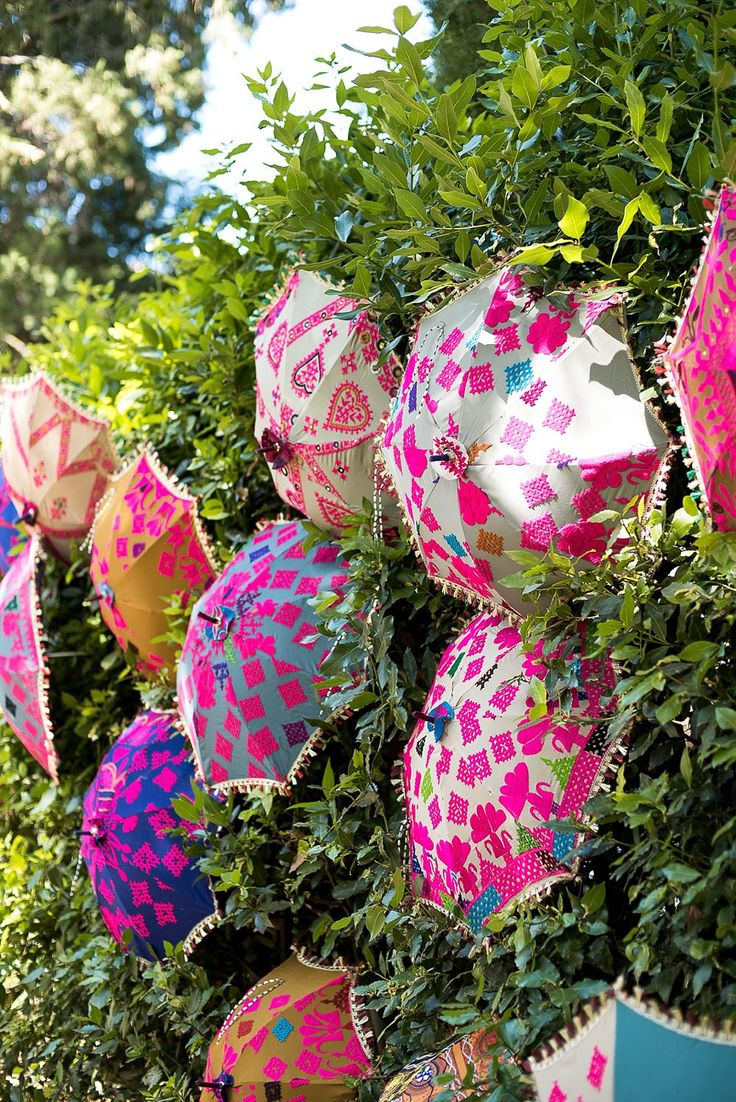 Bright Parasol Decor | Vibrant Indian Wedding | Borgo di Castelvecchio Tuscany Wedding Venue | Fiona Kelly Photography | http://www.rockmywedding.co.uk/som-jonny/