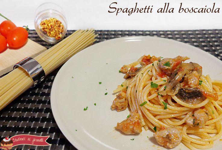 Gli spaghetti alla boscaiola con funghi e salsiccia sono un primo piatto davvero sfizioso e veloce da preparare. Ricetta pasta con funghi e salsiccia facile