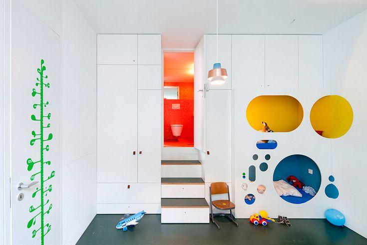 Minimalistische kinderkamer met geheime plekjes en veel bergruimte | DigsDigs