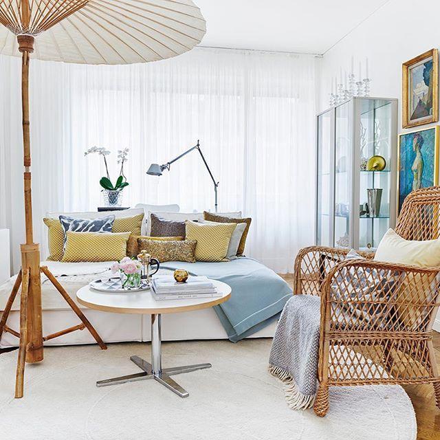 Stiligt, mysigt, personligt, och en smula excentriskt - ett parasoll inomhus passar kanske inte alla, men visst är det väl härlig inspiration att drömma kring? Foto @pernilla.hed #njutavlivet #vardagsrum #vackrahem #vackert #bolig #boligdrøm #inredning #interiordesign #skonahem #inredningsinspiration #drömhem #sovrum