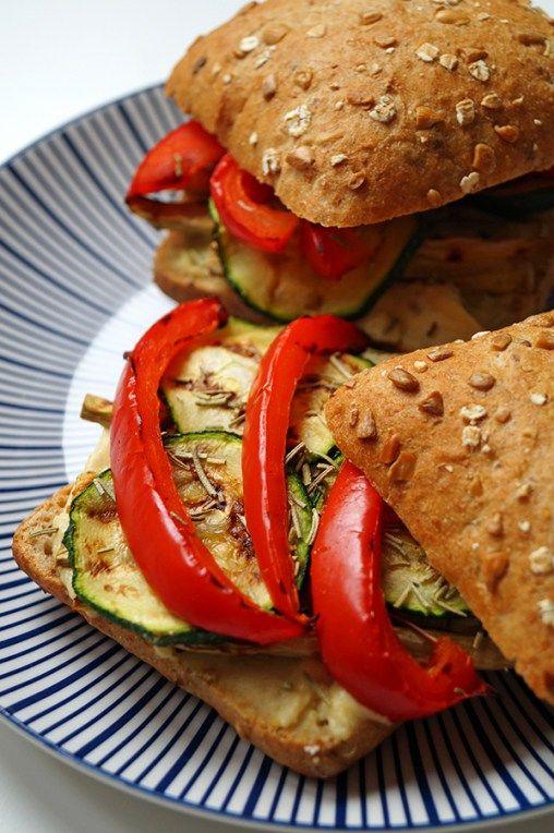 broodje met hummus en gegrilde groente