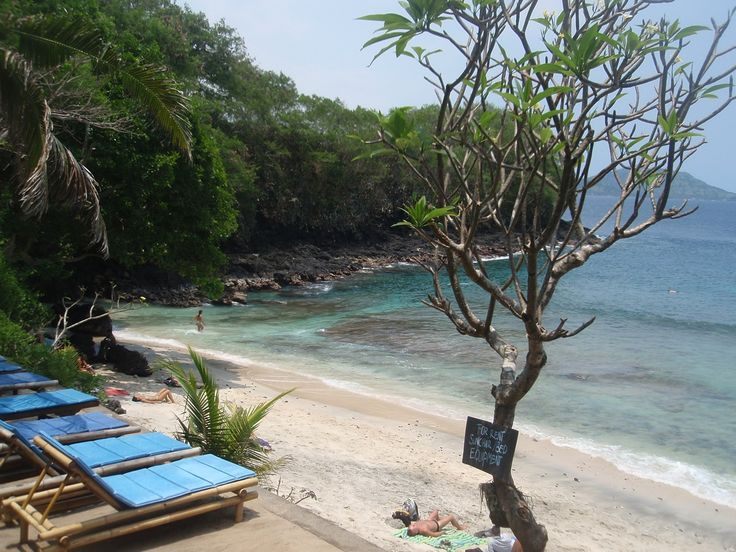 Padang Bai is situated Karangasem regency. Padang Bay Beach is located adjacent to one of the ports doorway island of Bali . Despite its proximity to the port , but anglers and divers just love this beach because of the cleanliness and beauty that is still awake .