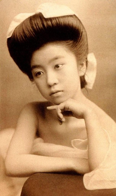 The quiet Geisha  ca 1905....what a beautiful vintage photo