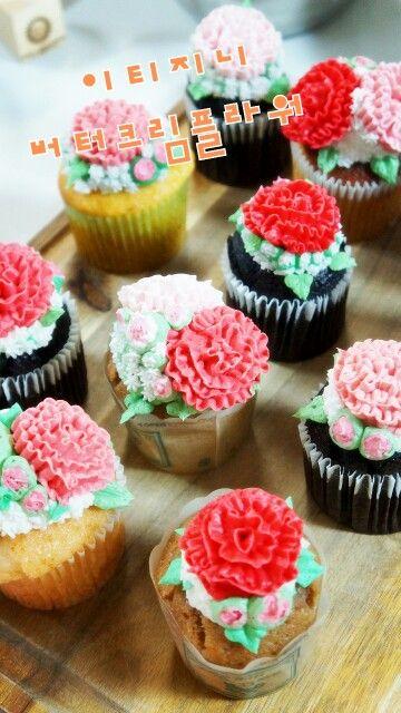 오늘도 열심히 카네이션 컵케이크 만들었어용  http://m.blog.naver.com/vmffmt82/220357661836  #제주버터크림플라워 #스승의날선물 #카네이션 안개꽃 #컵케이크  Whole day of baking and decorating #carnationbuttercream #cupcakes