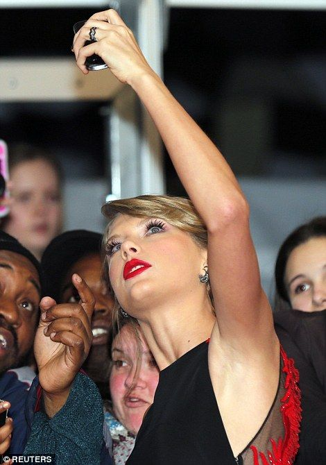 Taylor Swift is all about the selfies at the BRITs 2015