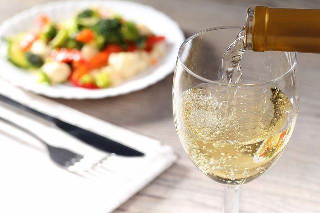 Заморские сказки: 10 лучших вин Австралии Австралия — далекий от нас уголок планеты, который часто называют зеленым континентом. Это притом, что пятую его часть занимает безжизненная пустыня. Но именно эта удивительная и противоречивая природа дала жизнь прекрасным винам. #едимдома #путешествия #вино #австрия #каквыбрать #советы