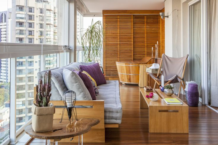 Além de ampliar a sala, colocar vidros na varanda facilita a limpeza e permite que você controle a temperatura do ambiente. O fechamento também ajuda a abafar o barulho e você pode receber os amigos até mais tarde. Inspire-se em 14 varandas fechadas de diferentes tamanhos