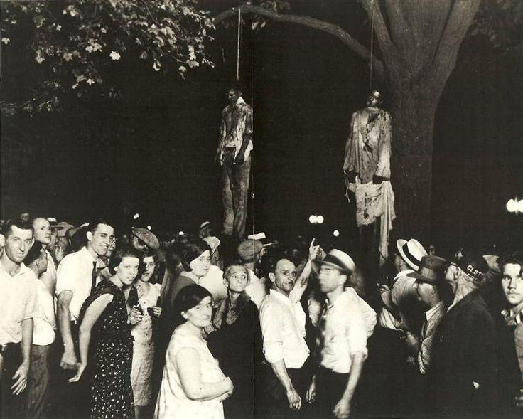 Cette terrible photo à été prise le 7 août 1930 à Marion dans l'Indiana. Elle montre le lynchage de deux jeunes noirs, Thomas Shipp et Abram Smith qui furent accusés d'avoir volé et assassiné un ouvrier blanc ainsi que d'avoir violé sa petite amie. Plus tard, la femme qui accusa les deux hommes, révéla qu'ils ne l'avaient en réalité pas violée.