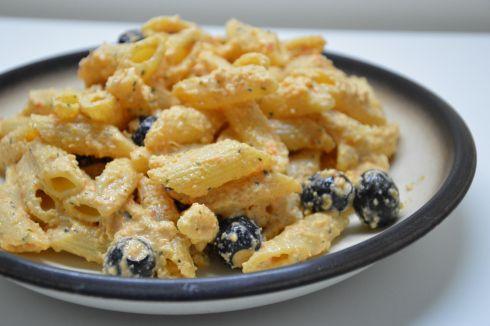 Pasta con sugo di peperoni, ricotta e olive