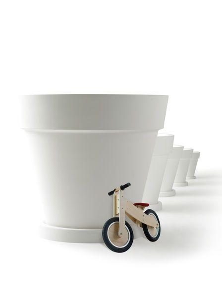 Elho Pure Round -muoviruukuissa kokovaihtoehtoja riittää; halkaisija vaihtelee 30cm-120cm asti.