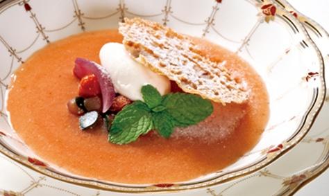 採れたて安曇野産野菜のコンポート、ルバーブのスープ仕立てEXオリーブオイルのアイスクリーム添え 600円(ホテルアンビエント安曇野)