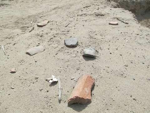 Fragmentos de una gran cantidad de objetos de cerámica. Todas ellas de uso de uso doméstico: Tinajas, cántaros, ollas, vasos ceremoniales, entre otras. Huaqueo.