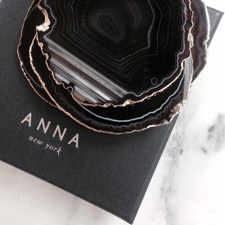ANNA NEW YORK: Als enige in Nederland verkopen wij vanaf nu dit prachtige merk! Agaten onderzetters in diverse kleuren afgewerkt met een rand van puur zilver, 24k geel- of 24k rosé goud - Flessenstoppers met o.a. pyriet, amethist, rookkwarts of kristal - doosjes afgewerkt met bladzilver/goud en agaat - deze collectie is uniek en beeldschoon. Kom langs om deze 'snoepjes' te bewonderen! Geen tijd om naar Oosterbeek te komen of gewoon erg nieuwsgierig? Een gedeelte van de collectie staat al op…