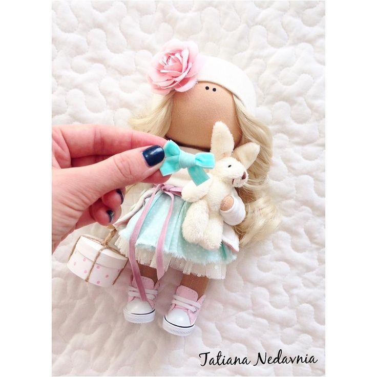 """397 Me gusta, 29 comentarios - @tatiana_nedavnia en Instagram: """"Рабочие моменты)) Куклу сшила-а куда бантик-вопрос сложный #tatiananedavnia #tilda #wedding…"""""""