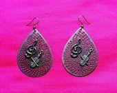 """Boucles d'oreilles """"un air tzigane"""" : estampes bronze gouttes résillées breloques clé de sol, violon et archet : Boucles d'oreille par lericheattirail"""