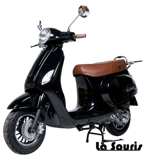 De Vespelini Scooter Zwart is voorzien van een halogeen koplamp, geïntegreerde knipperlichten en Led Remlicht. Dit model lijkt veel op de Vespa LX. De scooter wordt geleverd met een gratis chromen bagagerek, t.w.v. € 60,00.