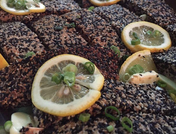 Lachs in Sesamkruste auf dem nächsten Business Event http://blog.eventsofa.de/top-10-catering-service-anbieter-in-deutschland/ #Businessevent #Catering #München #Fisch