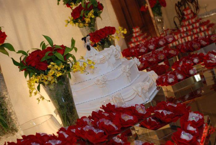 Bolo de casamento, decorado com flores.