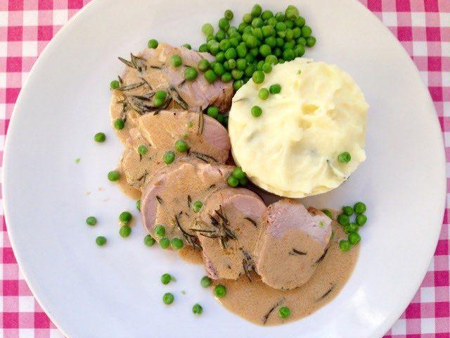 Varkenshaas met witte wijn en rozemarijn | Dit lekkere vlees recept is te vinden op onze website Alles Over Italiaans Eten