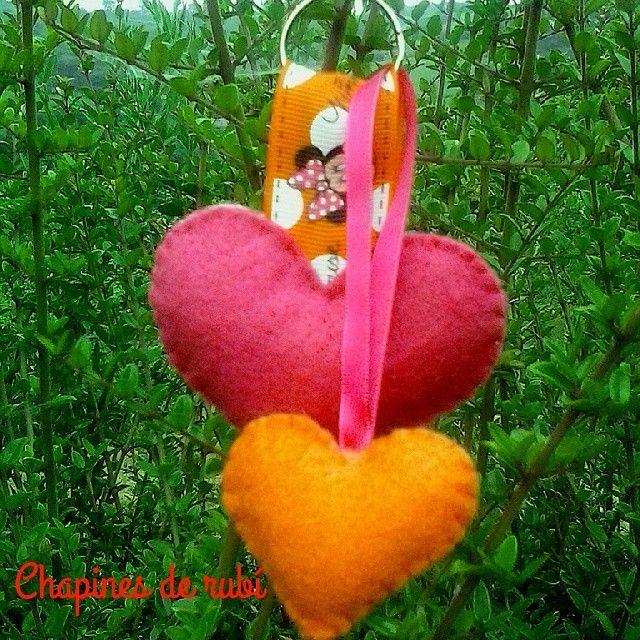La tormenta nos dejó hacer la foto a un nuevo modelo de llavero, en tonos muy veraniegos, y con Minnie Mouse en el lazo. #hechoamano #fieltro #corazones #MinnieMouse #veraniego #naranja #rosa #personalizable