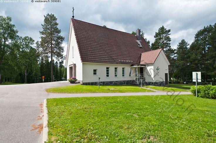 Kajaanin vanha kappeli  - vanha hautausmaa maisema kirkko puut nurmikko jalkakäytävä asfaltti kappeli risti uskonto pyhä