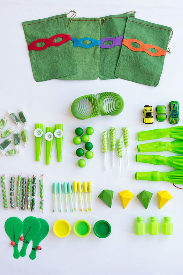For a great themed Teenage Mutant Ninja Turtles party, you'll need some great stuff on hand to pass around! This tutorial includes TMNT-themed party favor bags, eye masks, and fun Turtle-inspired games.