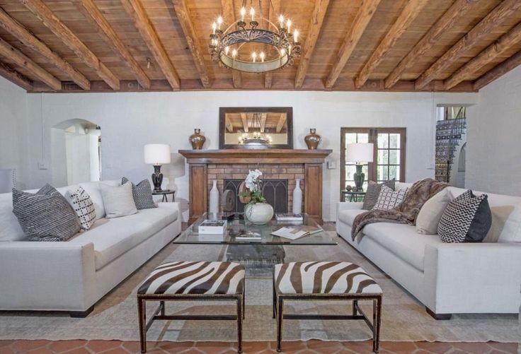 De woonkamer met indrukwekkend houten plafond - Kijk binnen bij Katharine Hepburns indrukwekkende eerste huis in Hollywood