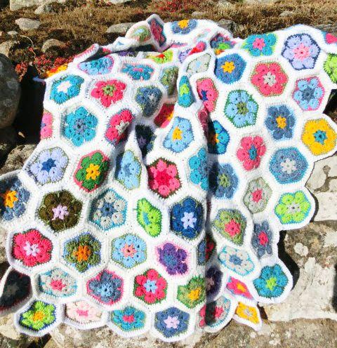 african-flower-mormorsruta-mormorsrutor-virka-virkat-plad-filt-mormorsfilt-blommigt-handarbete-hantverk-inspiration