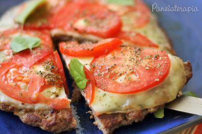 Pode-se dizer que é um mix de hamburgão com pizza, sim. A vida é maravilhosa a este ponto. Veja aqui a receita.