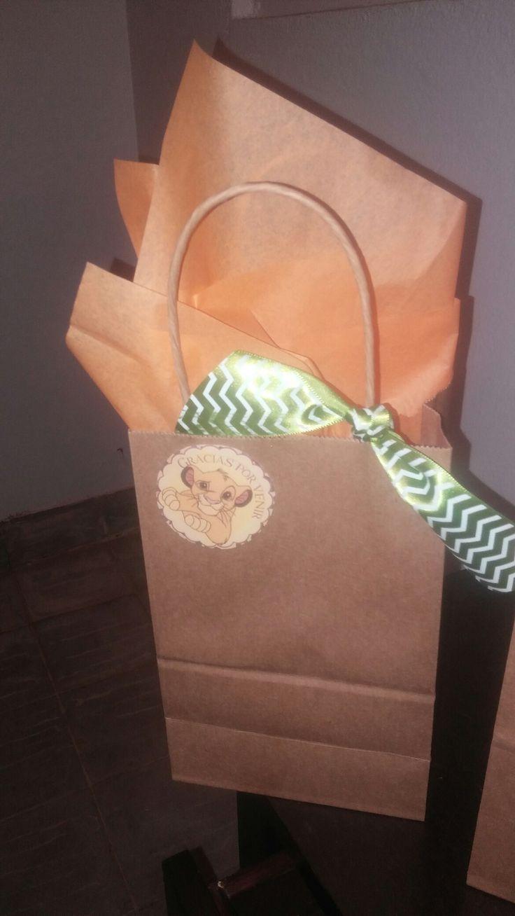 DIY goody bags. Lion King Theme.   Sticker\tag at:  http://mundomab.com/index/rey-leon-mini-kit-cumpleanos-imprimir-descarga-gratis/