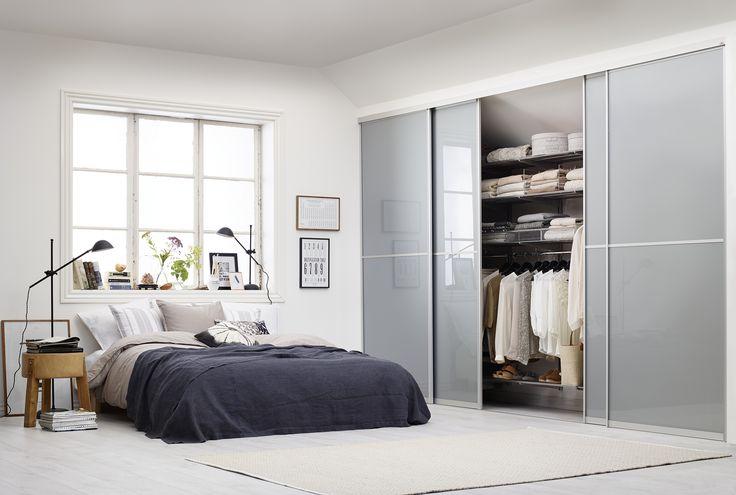 Elegant sovrum med stilren garderob