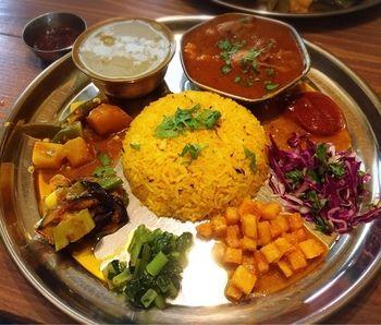 """お店の名前にもなっている""""ダルバート""""とは、ネパールの代表的な家庭料理のこと。ご飯と、豆のスープ、カレーで味付けをしたお野菜のおかずにお漬物、といった、所謂、""""カレー定食""""といった感じでしょうか。"""