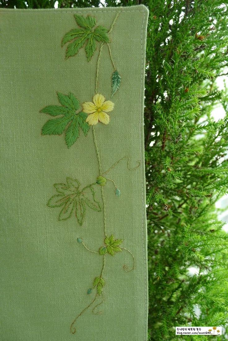 '여주'의 꽃과 어린열매예요~♣ 작년 여름 끝무렵 어릴적 친구들과 자주 놀러다니던 친정집 근처 절에서 만...