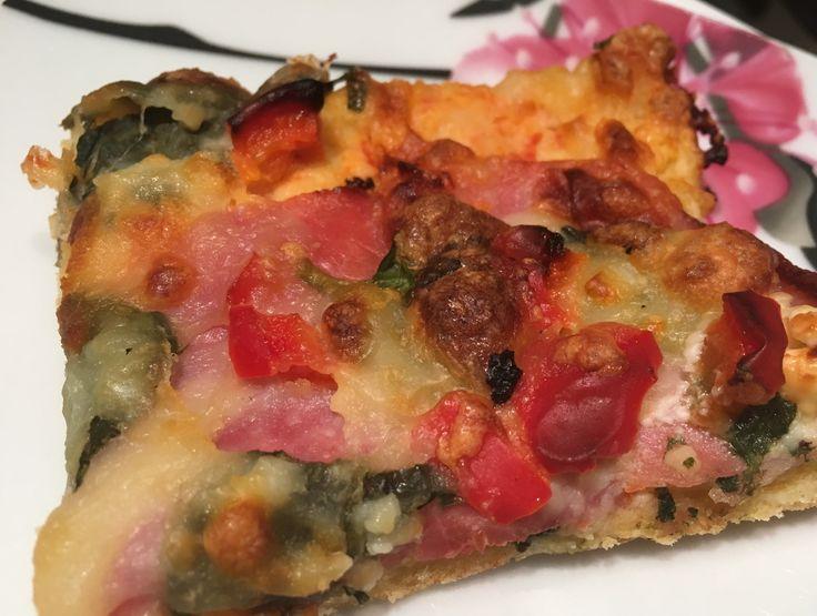 Pizza so šunkou, špenátom a paprikou