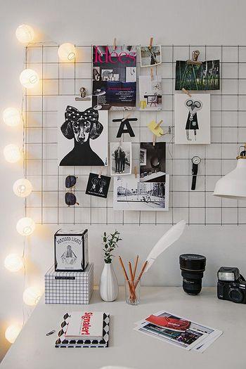金網は便利なシンプルアイテムの一つ。写真をクリップで掛けたり、カレンダーと紐を使ってぶら下げたり…。使い方はたくさん!ごちゃごちゃしているものでも、綺麗に飾ってあるように見えますよ。