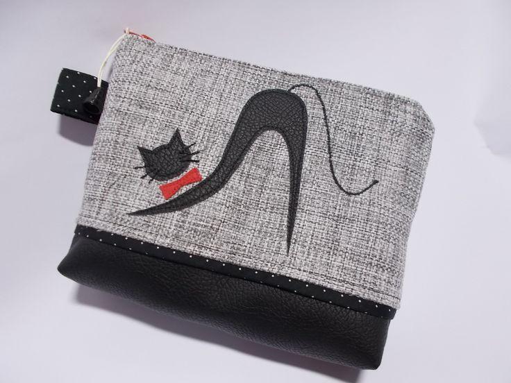 Taštička+do+kabelky+z+kolekce+wild+cat+Elegantní+taštička+na+pár+ženských+drobností.+Můžete+ji+vložit+do+kabelky,+Můžete+ji+použít+i+jako+toaletní+taštičku.+Použila+jsem+kvalitní+bavlněnou+látku+v+kombinaci+s+koženkou.+Velikost:+šířka+22+cm,+výška+16+cm+a+hloubka+4+cm.