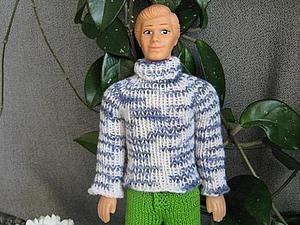 Свитерок называется 'Знакомый' потому, что многие посетители Ярмарки мастеров видели этот свитерок на обложке книги Елены Войнатовской. А у меня этот свитерок был для Кена. В принципе вязание методом реглан пойдет для любой куклы, в том числе - интерьерной - просто чаще примеряем. Фото с разрешения Лены. Вот этот свитерок и вяжем. Для вязания свитерка надо: спицы №2,5, крючок - хвостики прятать,…