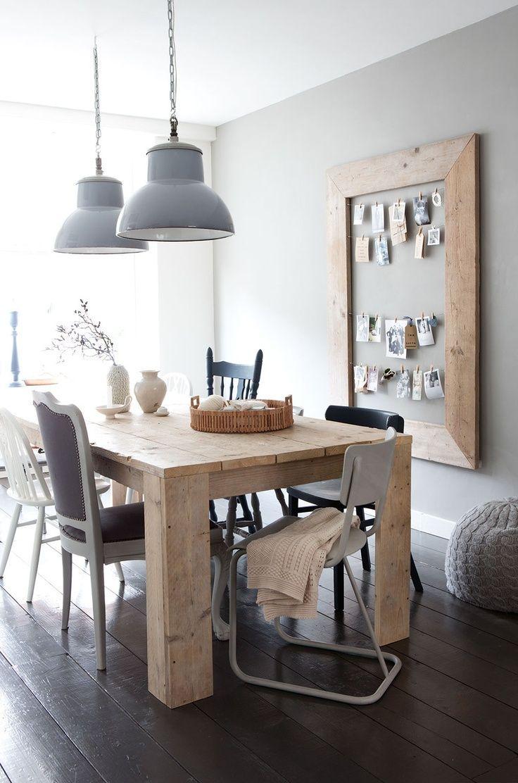 Mesa gruesa de madera de pino y cuadro original de fotos