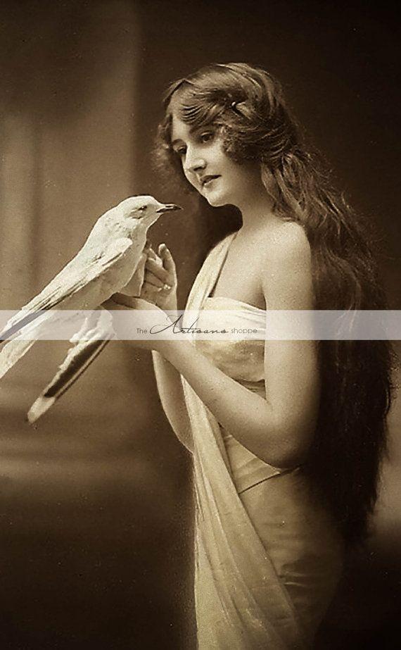 Frau hält weiße Vogel Antik Vintage Portrait Photographie – Digital Download druckfähiges Bild – Pa