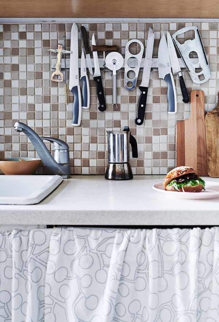 A magnet rail makes kitchen tools easy to access
