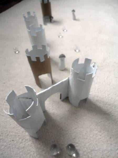 crédit photo Z lesa Pour mettre un peu de piment dans les jeux de billes, rien de tel qu'un château ! Le principe est le même que le jeu du croquet dans lequel il faut faire passer la balle à l'intérieur des arceaux. Ici, les arches de Z lesa sont construites dans des tours elles-mêmes à base de tube de papier toilette. Et lorsque vous en aurez fait plein, vous pourrez passer à l'étape supérieure : un vrai circuit avec des toboggans, toujours chez Z lesa. Instructions Coupez le haut des…