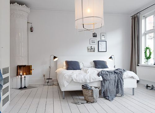 White floors | large window Vit sänggavel+vit bäddning+grå vägg