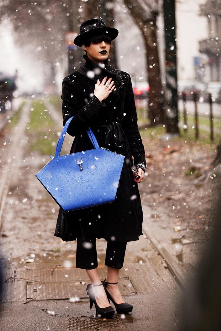 Street Style en Milan Fashion Week © Coke Bartrina. Pop of color on all black outfit.